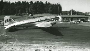 Kalmar flygplats med civila flygstationen, i slutet av 1950-talet Linjeflyg DC-3. Foto ur boken om Linjeflyg.